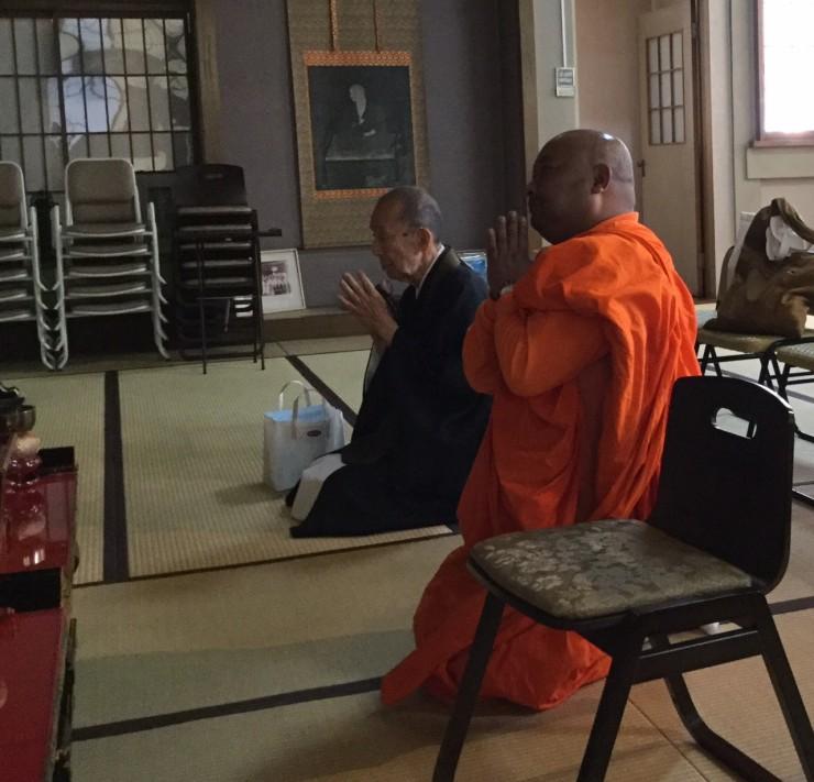 福性寺ご本尊様に礼拝するBodhipala師