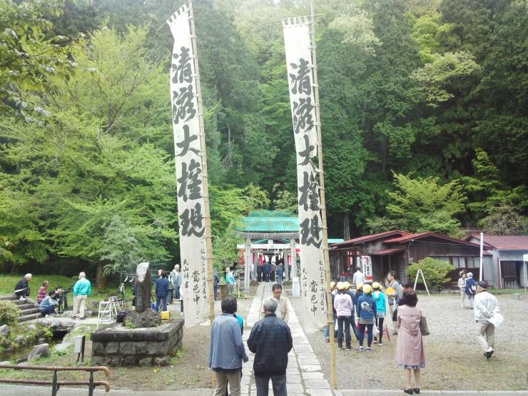 清瀧神社 三々五々と氏子の皆様が集まってきました 幟(のぼり)は弘化3年(1846年)に謹書