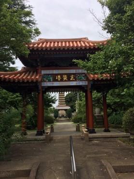 遺骨塔前の中国風の門