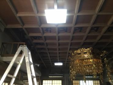 光明真言天井のLED(手前)と蛍光灯 LEDの方が明るいです