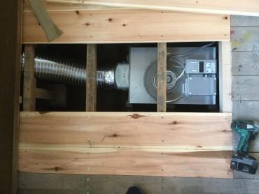 床下換気扇 左のダクト 右が換気扇