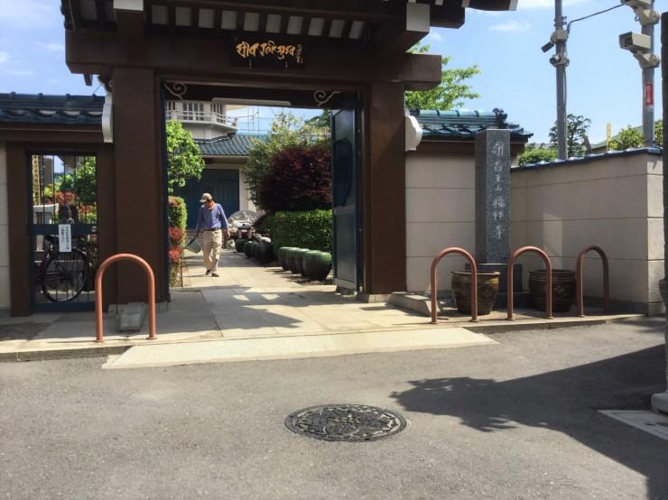 山門前と参道の蓮の鉢