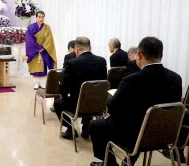 通夜開始 五体を投地(平成30年11月3日の記事)したあと式次第と通夜の意義とお戒名をご家族と弔問の皆様にお話しています 通夜は仏教的な意味で「現世の卒業式」です ご親族葬は弔問のお客様を考慮する必要がありません ご親族の皆様にゆっくり説明することができます これを法話という人もいます