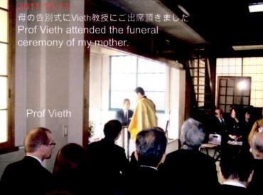 私の母の葬儀 平成23年 講演のために来日していたドイツのVieth(フィート)教授も焼香に参加してくれました 火葬は町屋葬祭場でした 僧侶ですが何度も涙がでました この後夕方からVieth教授の講演会の司会をしました この講演会の責任者であったため講演後の夕食会でもスピーチを行いました
