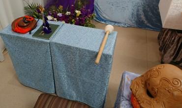葬儀に同行した院代様のお机です 左端から「にょうばち」ご詠歌道具 左端に木魚のバチです