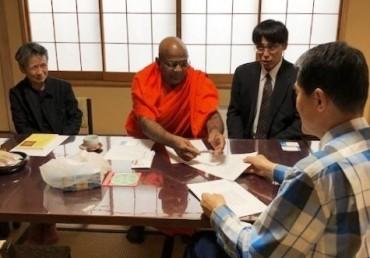 福性寺客殿にて サンガラタナ師から領収書を頂いています