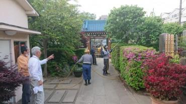本日早朝の樹木消毒 植木職人さんは3人です 墓地の管理のお二人が手前に見えます