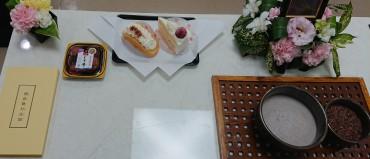 梅干しとケーキのお供物 故人のお好きな食べ物1番目と2番目でしょうか?