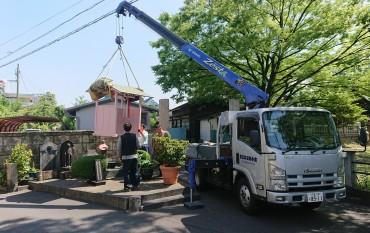 延命地蔵様のお家が修理塗装のあと元の位置に戻されています