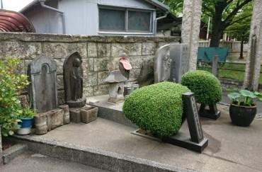 門前の石仏様 写真左下に東洋紡績の社員が奉納した「一体の水鉢と線香立て」が見えます