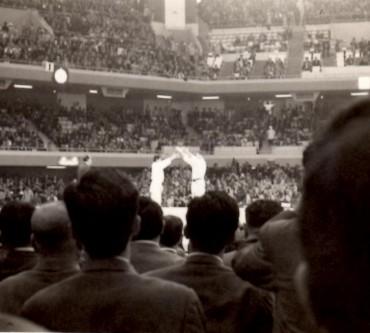 昭和39年1964年10月 私が日本武道館で撮影した神永選手(左)・ヘーシンク選手(右)の試合の模様です 試合後神永選手が堂々と一礼をして握手をしていました