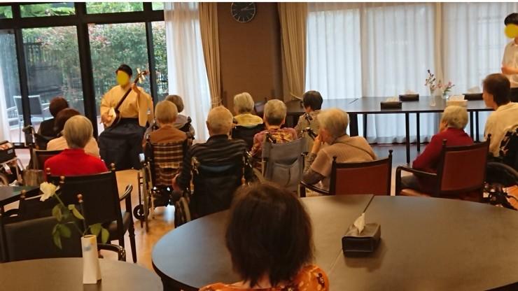 老人ホームの午後 毎日午前中10時ごろから体操 があることが普通です 午後2時ごろから演奏・演芸・趣味の会や体操があることが多いです