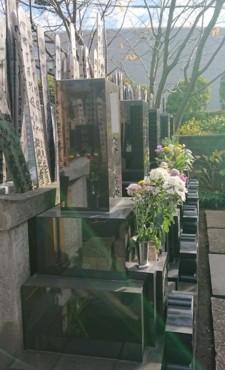 すべての墓所に供花があります