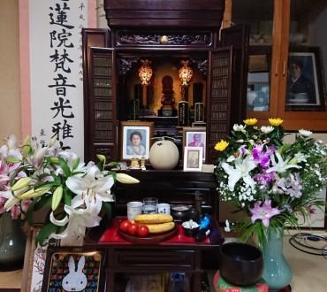 住職の家庭のお仏壇です 母の祥月命日の写真です バナナの脇に「リコピンオを多く含むトマト」がありました 命日の供花として生花を二つ頂きました