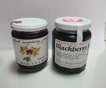 国産と外国産のブラックラズベリーのジャムです 堅く小さな種があり ます 健康のことを考えなければ食べませんね!と言う人がいます