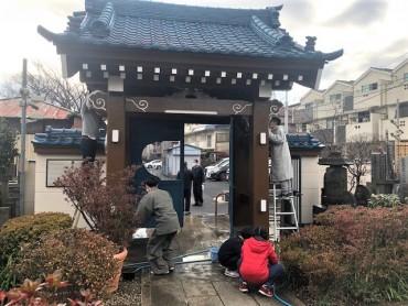 住職(山門の先マスク)は40年以上山門清掃を行っていますのでお檀家と世間話をしてサボっています