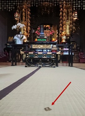 人天蓋の瓔珞の1個が落下しました 人天蓋は福性寺に来てから50 年以上です 1度すべての瓔珞を清潔にする修理しています t小さな瓔珞が落下するのは2回目です 竹澤仏具店に修理を依頼しました