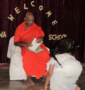 スリランカ ミヒンタレー市のサンガラタナ師 仏教徒海外奨学基金の授与風景