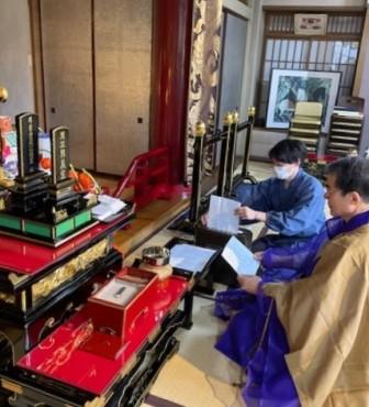 「ご供養書・ご祈願書」とお施主様名を奉読しています 奉読後横田師がシュレッダーにかけます