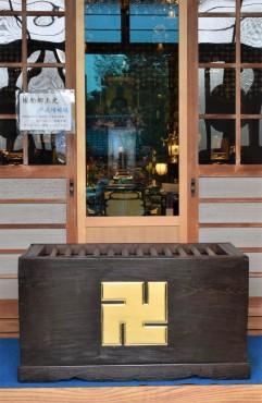 金の卍 幅106㎝ 高さ58㎝ 奥行51㎝の大きなお賽銭箱